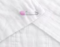 Pañal del paño del bebé con un perno rosado Foto de archivo