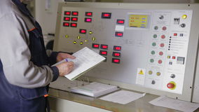 Paanel de funcionamento do controle do trabalhador industrial na sala de comando de uma fábrica industrial do poder filme