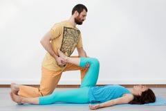 Paarübungen massage Stockfoto