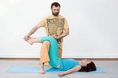 Paarübungen massage Stockbilder