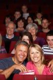 Paar-überwachender Film im Kino lizenzfreies stockfoto