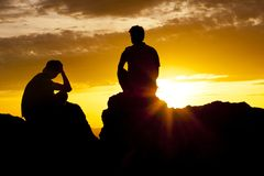 Paar-überwachender Sonnenuntergang über der Wüste lizenzfreie stockbilder