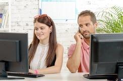 Paar aan het werk in het bureau, Royalty-vrije Stock Afbeelding