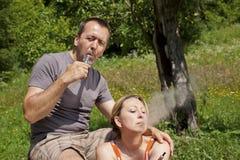Paar in aard met e-sigaretten Royalty-vrije Stock Foto