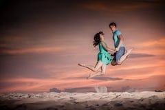 Paar, aard, sprong, zonsondergang stock afbeelding