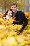 Paar achter haag in de herfstpark Royalty-vrije Stock Foto