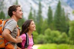 Paar - actieve wandelaars die in Yosemite wandelen Stock Afbeeldingen