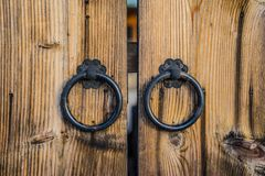 Paar antieke handvatten van de ijzerdeur op houten deur stock foto