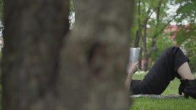 Paar-Ausgabenzeit des Portr?ts junge zusammen drau?en, Datum habend Der Kerl, der auf der Decke auf dem Gras, recht sitzt stock video footage