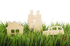 Paar, auto en een huis openlucht Abstract conceptenbeeld Royalty-vrije Stock Afbeeldingen