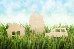 Paar, auto en een huis openlucht Abstract conceptenbeeld Royalty-vrije Stock Foto's