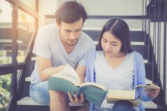 Paar Aziatische knappe man en het mooie boek en de glimlach van de vrouwenlezing Royalty-vrije Stock Fotografie
