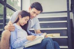 Paar Aziatische knappe man en het mooie boek en de glimlach van de vrouwenlezing Stock Afbeelding