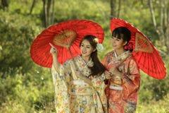 Paar Aziatische vrouwen die traditionele Japanse kimono dragen Royalty-vrije Stock Fotografie