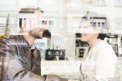 Paar in bar, de mening van het bezinningenvenster stock foto