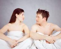 Paar in bed Stock Foto's