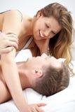 Paar in bed royalty-vrije stock foto's