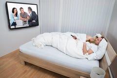 Paar in bed het letten op televisie royalty-vrije stock fotografie