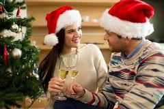 Paar beglückwünscht neues Jahr stockfotos