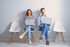 Paar benutzt einen Laptop stockfoto