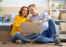 Paar benutzt einen Laptop lizenzfreie stockfotografie