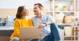 Paar benutzt einen Laptop stockfotos