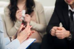 Paar berät sich am Psychologen lizenzfreie stockfotos