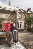 Paar-bereitstehendes bewegendes Van In Front Of New-Haus lizenzfreie stockfotografie
