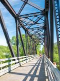Paar berijdende fiets in platteland, Chicoutimi, Quebec, Saguenay, Canada stock foto's