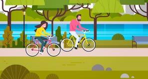 Paar Berijdende Fietsen in de Openbare Parkmens en Vrouw die in openlucht cirkelen vector illustratie