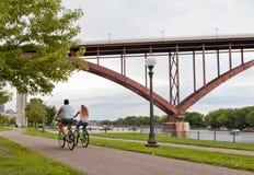 Paar berijdende fietsen op Mississipi riverfront in Saint Paul, Minnesota royalty-vrije stock fotografie