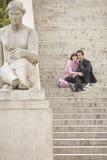 Paar-Besichtigung auf Schritten Stockfotografie