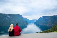 Paar betrachtet den Sognefjord-Fjord Stockbild