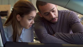 Paar betrachtet innerhalb des Autos der Verkaufsstelle stock footage