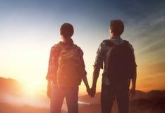 Paar betrachtet Sonnenuntergang lizenzfreies stockbild