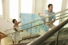 Paar-bewegliches modernes Malen herauf Treppe stockfoto