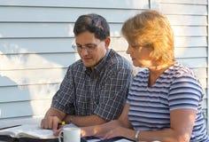 Paar-Bibel-Studie lizenzfreies stockbild