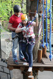 Paar bij avonturenpark stock fotografie