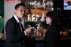 Paar bij bar Stock Afbeeldingen