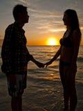Paar bij bij het strand Stock Foto's