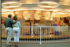 Paar bij carrousel Royalty-vrije Stock Foto