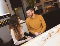 Paar bij de bar het drinken koffie stock fotografie