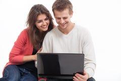 Paar bij de computer Royalty-vrije Stock Afbeeldingen