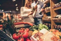 Paar bij de supermarkt royalty-vrije stock afbeeldingen
