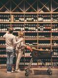 Paar bij de supermarkt royalty-vrije stock foto's