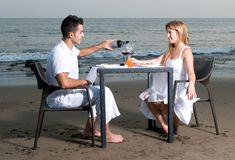 Paar bij een romantisch diner in het strand Royalty-vrije Stock Foto