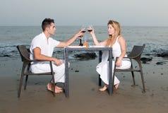 Paar bij een romantisch diner in het strand Stock Afbeeldingen