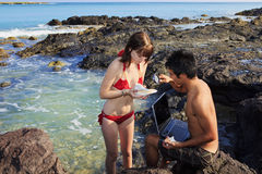 Paar bij Hawaiiaanse tidepools Stock Fotografie