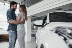 Paar bij het autohandel drijven Stock Afbeelding