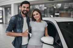 Paar bij het autohandel drijven Royalty-vrije Stock Afbeelding